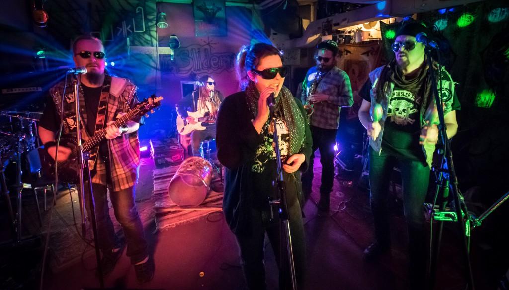 """Yhtyeessä soittavat Otto """"Slim Bean"""" Liimatainen - foot drums, slide guitar, vocals Sini """"Bad Birdy"""" Pajunen - vocals, shaker Immo """"Hound Dog"""" Hirvonen - 6-string banjo, harmonica, vocals Janne """"Big Boiler"""" Peräaho - maracas, percussion, vocals Oula """"King Cobra"""" Karppinen - saxofone, vocals"""